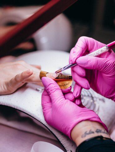 Hoe worden acryl nagels gezet?